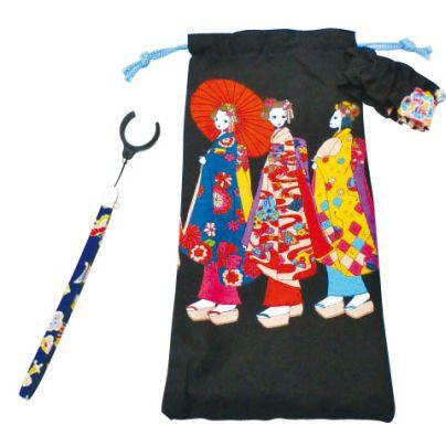 黒い袋に三人の舞妓さんの刺繍があります。