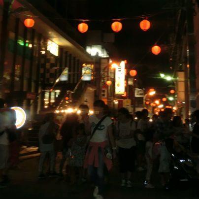 もみじ通りに多くの提灯がともっており、その下にはタクサンの人通りで賑わっています。