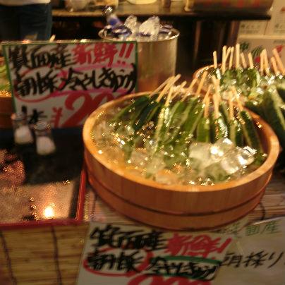 木桶の中に氷がたくさん入れてあり、串に刺した胡瓜が十本ほど着けられています。の