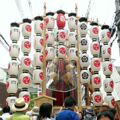 縦に四つの提灯が七列、舟の形になった鉾前に飾られています。