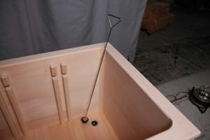 介護施設用桧風呂の排水栓部分。長い棒で脱着できるようになっています