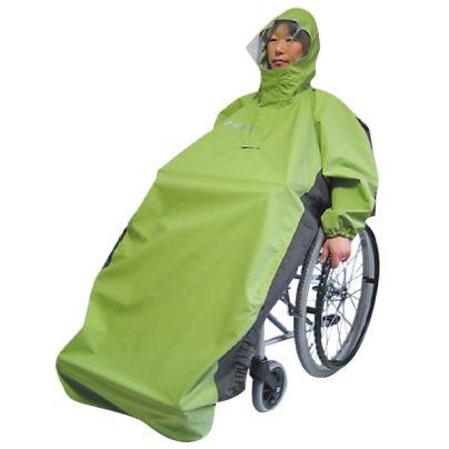 車椅子に乗った女性が黄緑色のレインコートを着ています。