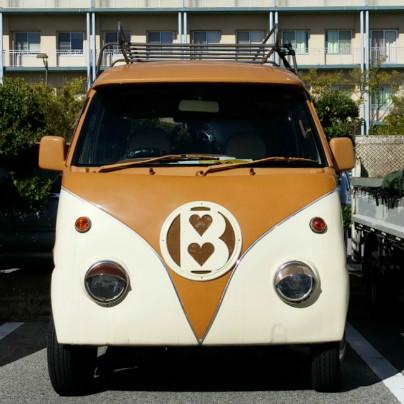 クリーム色の素地茶色いペイントを施した軽自動車
