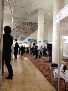 ホテル阪急エキスポパークのホールでビジネスマッチングフェア2012 with 大阪大学を催しています。人はそこそこ入っています。