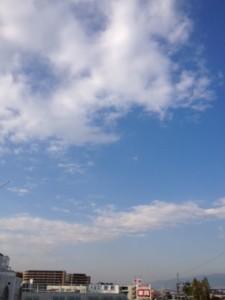 青空には3割くらいが雲に覆われています。