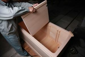 高齢者施設向きひのき風呂(木製浴槽)の中仕切りをはずすようす