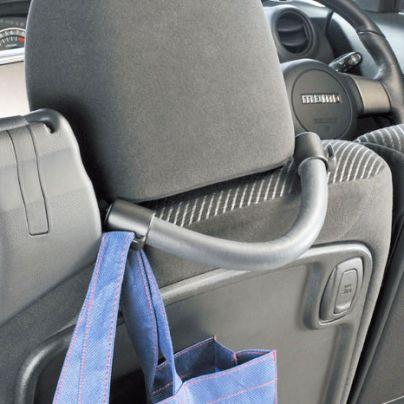 灰色で助手席のヘッドレストの付け根に1本の持ち手がついています