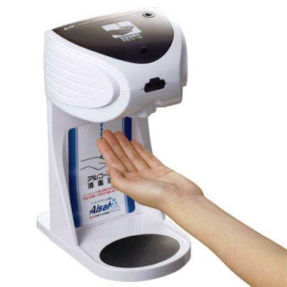 自動手指消毒器  アルサット AL10 に左手の指をかざしています。