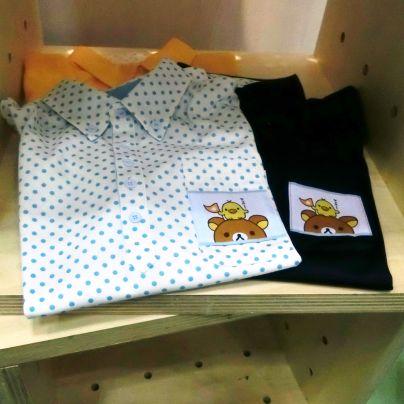 リラックマとキャラを縫い付けた介護職員向けのシャツ