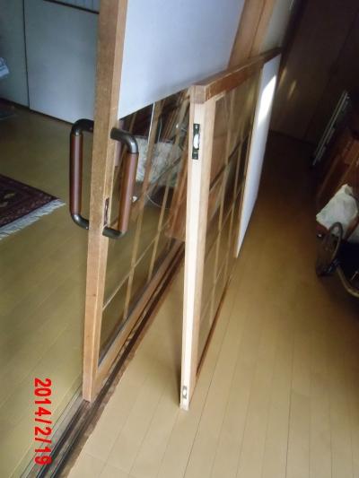 木製の扉にドアハンドルとキャスター・レールを取り付けしています。