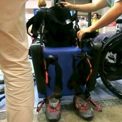 装着型筋力補助装置が青いイスに腰掛けたような状態で写っています