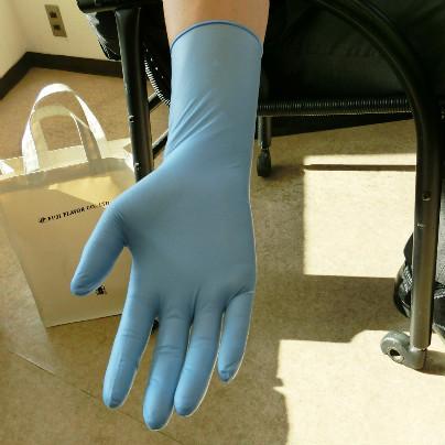手首から肘にかけてが少し長めのゴム手袋