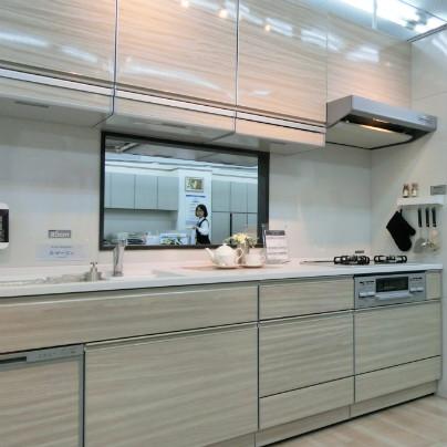 左側を手前に右側・ガスコンロ側を奥にしてキッチンが置いてあります。