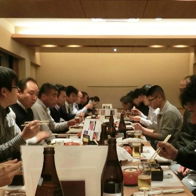 長いテーブルの左右にうちの社員が座って食事のひととき