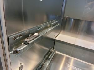 システムキッチンのキャビネットの中を見ています。底も側も奥もオールステンレス製