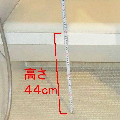 移乗ベンチの高さをメジャーで計っています。