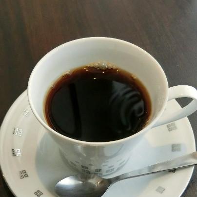 白い珈琲カップに褐色の珈琲
