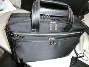 新しく買った仕事用の鞄。真っ黒でA4ファイルを収納できる大きさです