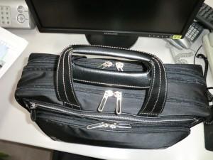 新しく買った仕事用の鞄を斜め上から見た様子