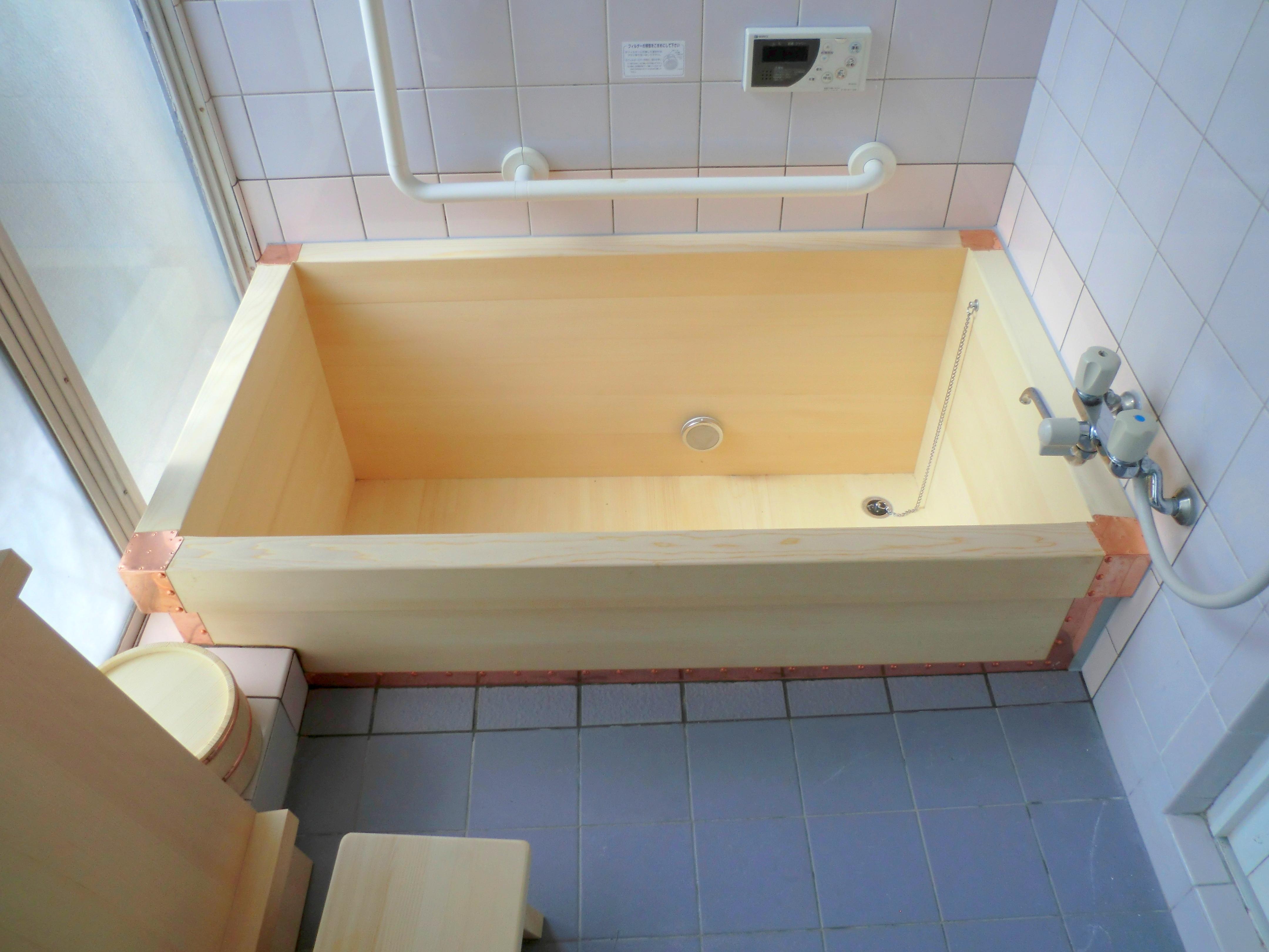 高野槇で無地柾目の木風呂に交換しました。