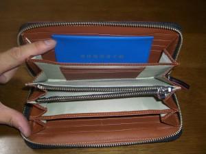新しい財布の中に大阪府の身障者手帳を収納した様子。きっちりと収まっています。