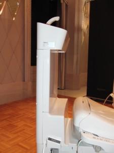 新型トイレ・アラウーノVの水タンク。極めて薄い。