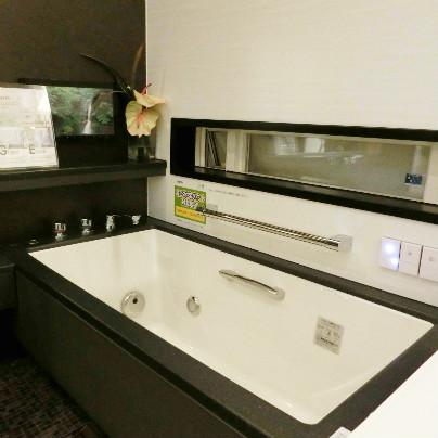 茶色い床と窓に合わせているのは白い人工大理石浴槽