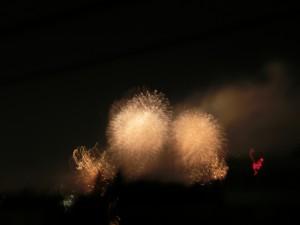 会社から見て西北に二輪の花火が打ち上がっています