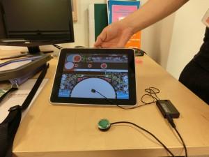 木製の机にiPadを置いて、そこにiPad Touchを付けています。