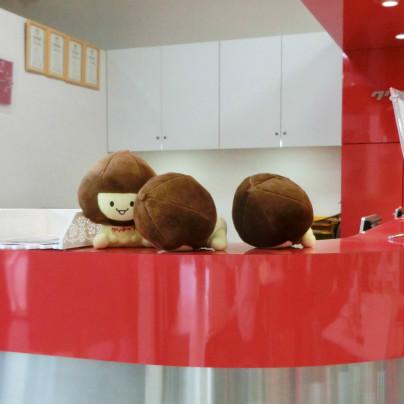 赤いカウンターの上にクリナップのゆるキャラ、クリ夫くんが3体載っているのですが、そのうち2体がこけています。