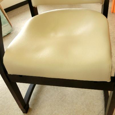 スポッとチェアの座面は、お尻の形に凹んでいます。