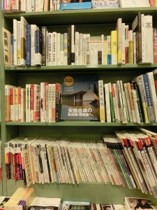 緑色の本棚に本が建築系や美術系の本が収まっています。