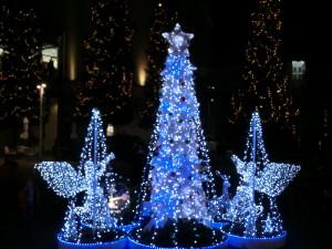 青い電飾で飾られたクリスマスツリーの左右にやはり青い電飾の天使