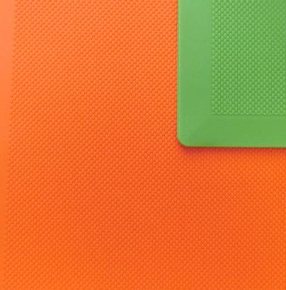 オレンジのゴムマットの上にグリーンのゴムマットが敷いてあります。