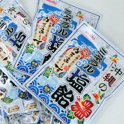 白い机のうえに「沖縄のミネラル塩飴」の袋がたくさんおいてあります。