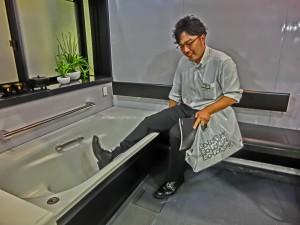 いったn腰掛けにお尻を載せてから、浴槽にはいることができるので、転ぶリスクを低減します。