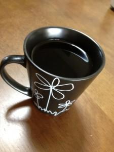 黒いマグカップは普通の二杯分くらいの大きさ、そこにコーヒーがなみなみと入っています。