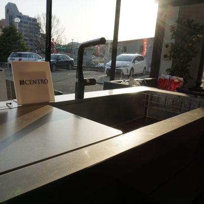 夕日に照らされるシステムキッチンのシンクと天板