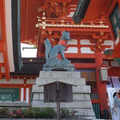 神社には狛犬がいるあたりで石の台には、狐の象が見えます