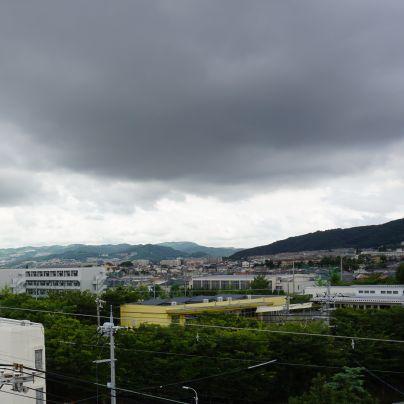 池田市の五月山方面は雨雲に覆われていました