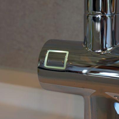 水を出したり止めたりは電子スイッチ