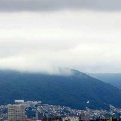 宝塚方面の山には雲がかかっています