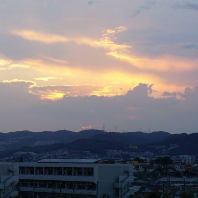宝塚方面の山へ沈んでゆく夕日