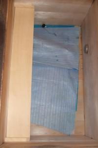 古い木製浴槽に新しく増設した踏み段は、色が白いのですが、古い浴槽もさほど劣化していません。
