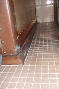 新しい銅板で補修した木製浴槽。右側にある横長の銅板で光っている部分が新しい銅板です。