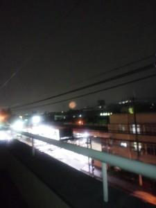 猪名川花火大会2011で、打ち上げ花火を自宅から見た様子です。奥の方に小さく映っているのが花火