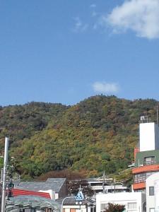 箕面駅前からみた箕面山、もみじは赤くなっていません。