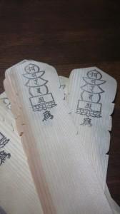 木製の机の上に経木を置いてあります。