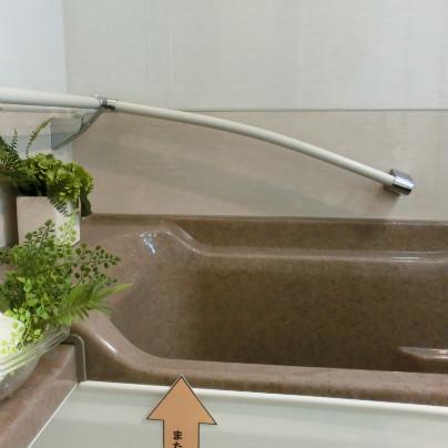 画面の下に浴槽。その上に手すり。左から右へと下がっています。