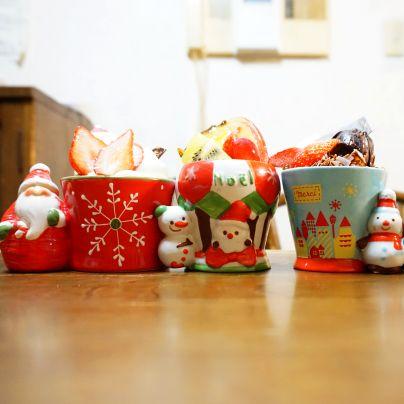 サンタクロースや雪だるまのカップの中に洋菓子がはいっています。